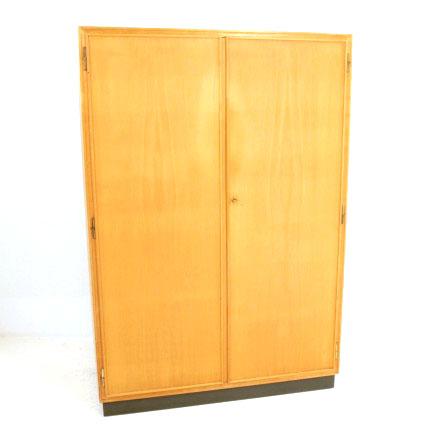 kleiderschrank aus ahorn typenschrank f r den mann. Black Bedroom Furniture Sets. Home Design Ideas