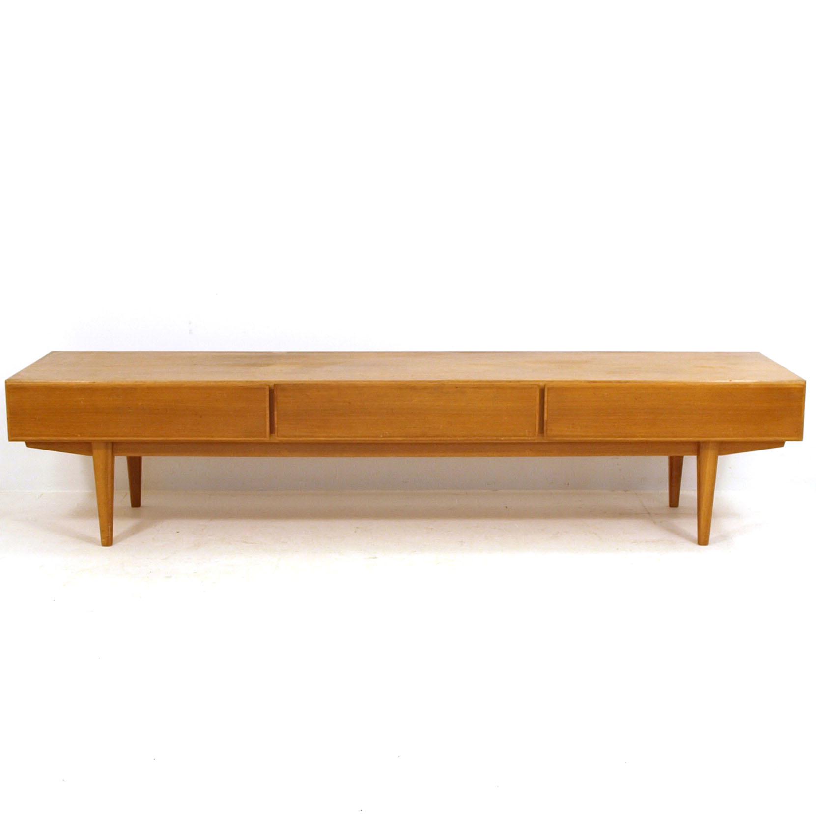 low sideboard ideal f r das heimkino m bel z rich. Black Bedroom Furniture Sets. Home Design Ideas