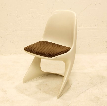 casala stuhl weiss mit kissen braun m bel z rich vintagem bel. Black Bedroom Furniture Sets. Home Design Ideas