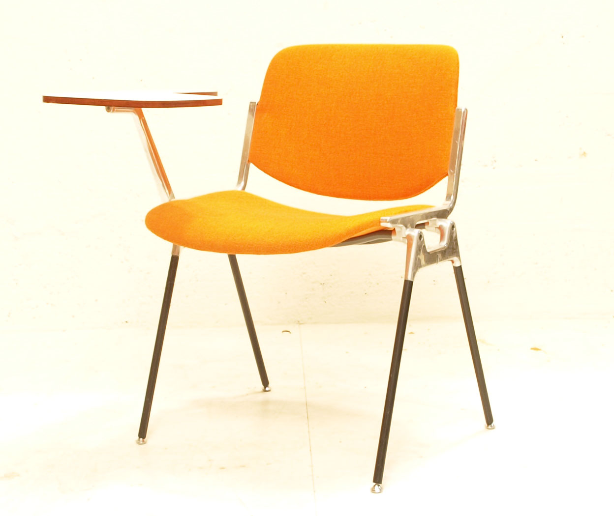 Stuhl castelli 1963 stapelbar mit klapptisch m bel for Design stuhl orange