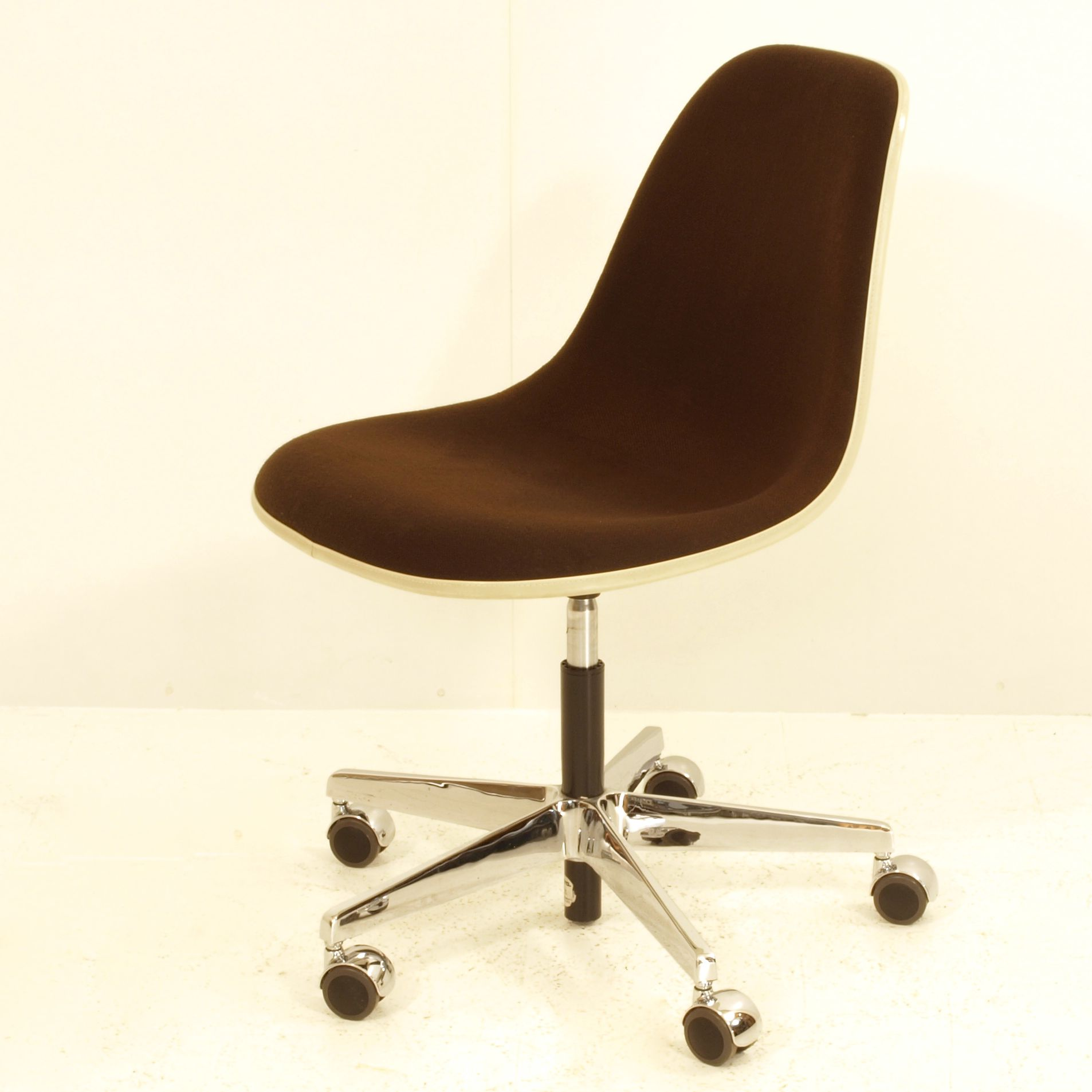 eames b rostuhl office chair gepolstert pscc m bel. Black Bedroom Furniture Sets. Home Design Ideas