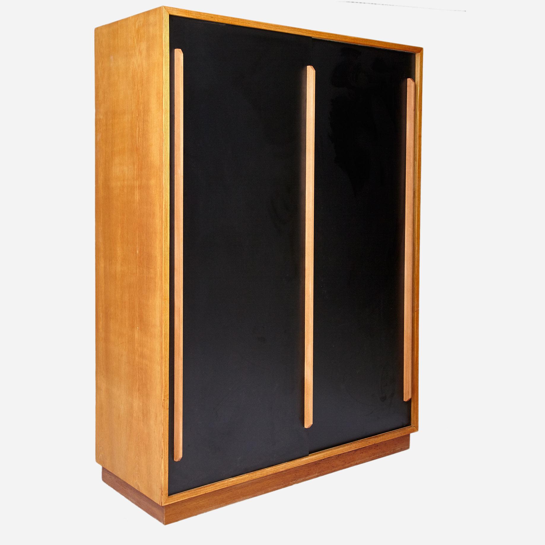 kleiderschrank mit schiebet ren aus eschenholz komplett restauriert m bel z rich vintagem bel. Black Bedroom Furniture Sets. Home Design Ideas
