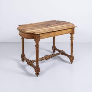 Antiker Nussbaumtisch handgeschnitzte Beine