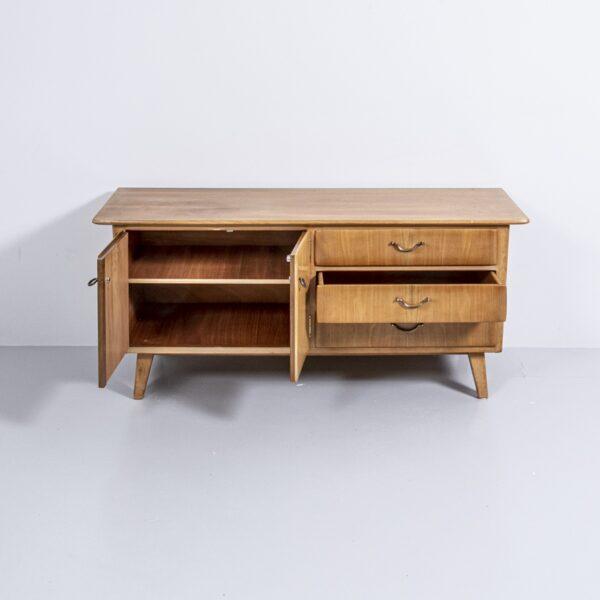 50er Jahre Nussbaum Sideboard mit Messing Griffen Möbel